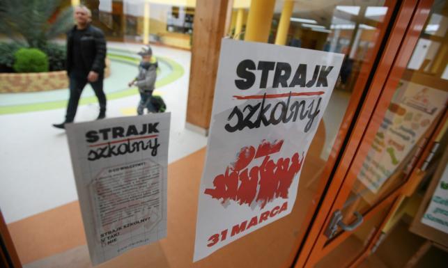 Szkoły Bez Lekcji, Flagi, Plakaty. W Całej Polsce Strajk
