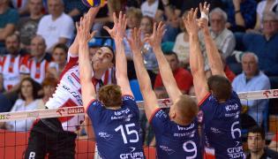 Zawodnik Asseco Resovii Rzeszów Marko Ivović (L) oraz Dawid Konarski (P), Łukasz Wiśniewski (2P) i Sam Deroo (3P) z ZAKSY Kędzierzyn-Koźle