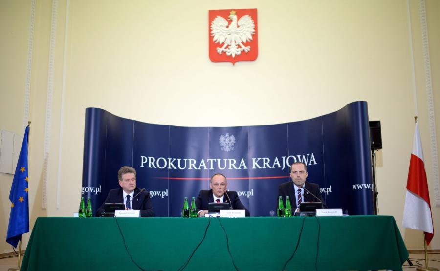 Zastępca prokuratora generalnego Marek Pasionek (C) oraz prokuratorzy z Zespołu Śledczego nr 1 Marek Kuczyński (P) i Krzysztof Schwartz (L) podczas konferencji na temat katastrofy smoleńskiej
