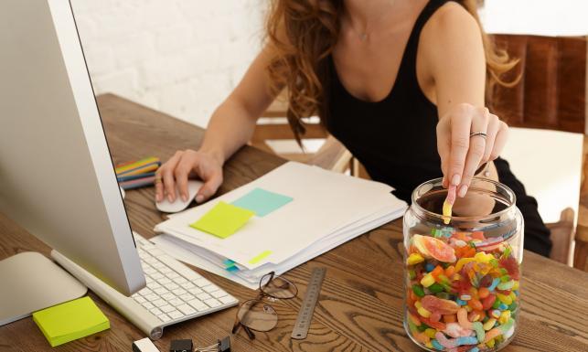 Co jeść, kiedy zjada cię stres? NAJZDROWSZE PRZEKĄSKI