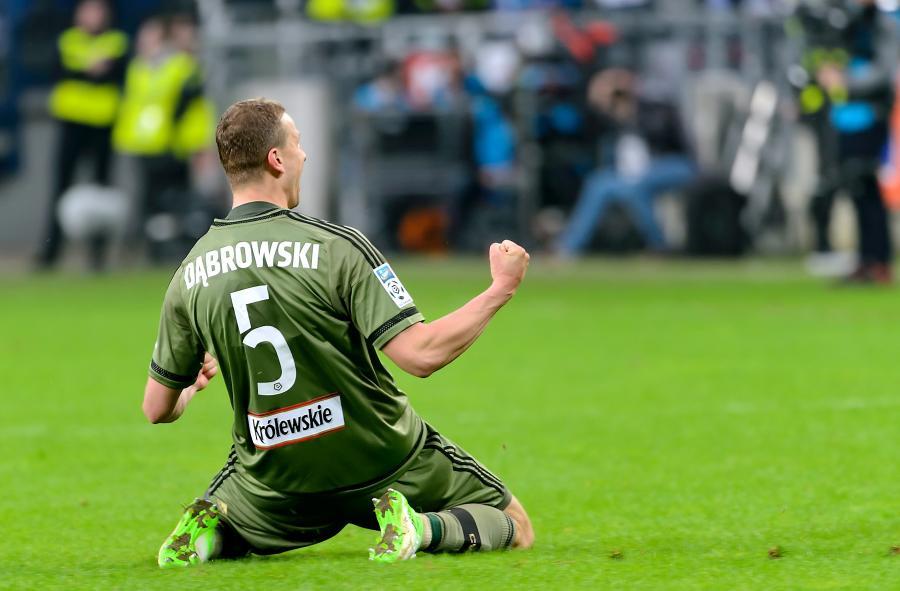 Piłkarz Legii Warszawa Maciej Dąbrowski cieszy się z gola podczas meczu Ekstraklasy z Lechem Poznań