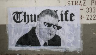 Mural autorstwa Mariusza Warasa przedstawiajacy rzecznika ministerstwa obrony narodowej - Bartlomieja Misiewicza na tle napisu - Thug Life (bandyckie życie)