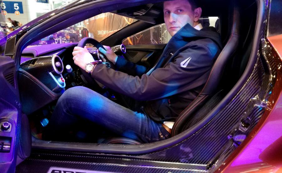 Piotr Gniadek, prezes Arrinera SA za kierownicą drogowego modelu Hussarya 33