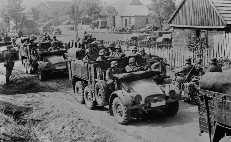 Niemieccy żołnierze najeżdżają Polskę w 1939 roku