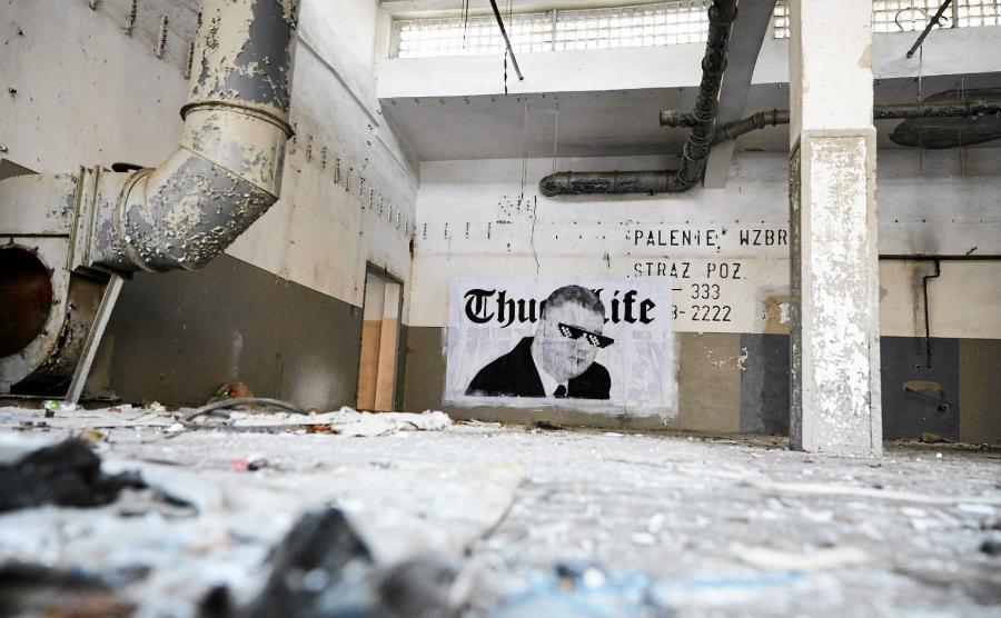 Gdynia, Babie Doły. Praca artysty Mariusza Warasa, przedstawiająca podobiznę Bartłomieja Misiewicza i napis Thug Life (tzn. bandyckie życie)