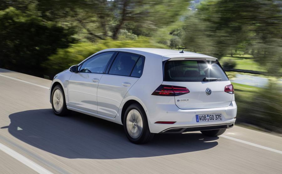 Silnik elektryczny e-Golfa po modernizacji rozwija moc 100 kW (136 km), czyli o 15 kW większą niż starszy model. Wzrósł również maksymalny moment obrotowy silnika elektrycznego - z 270 Nm do 290 Nm