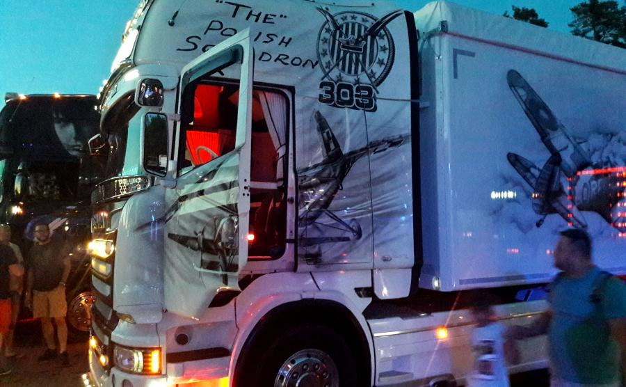 Polska ciężarówka oddaje hołd lotnikom Dywizjonu 303