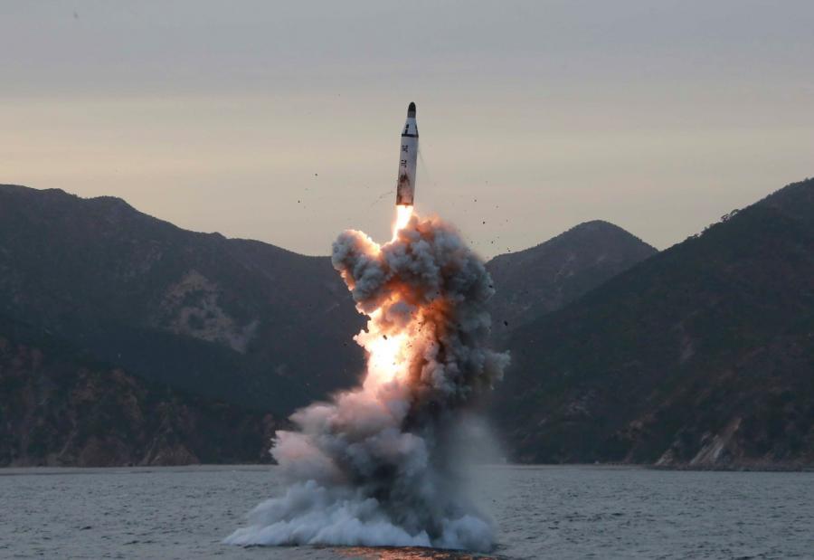 Zdjęcie z kwietnia 2016 roku, pokazujące test północnokoreańskiej rakiety balistycznej