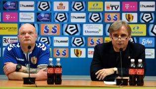 Trener piłkarzy Korony Kielce Maciej Bartoszek (L) i prezes klubu Krzysztof Zając (P