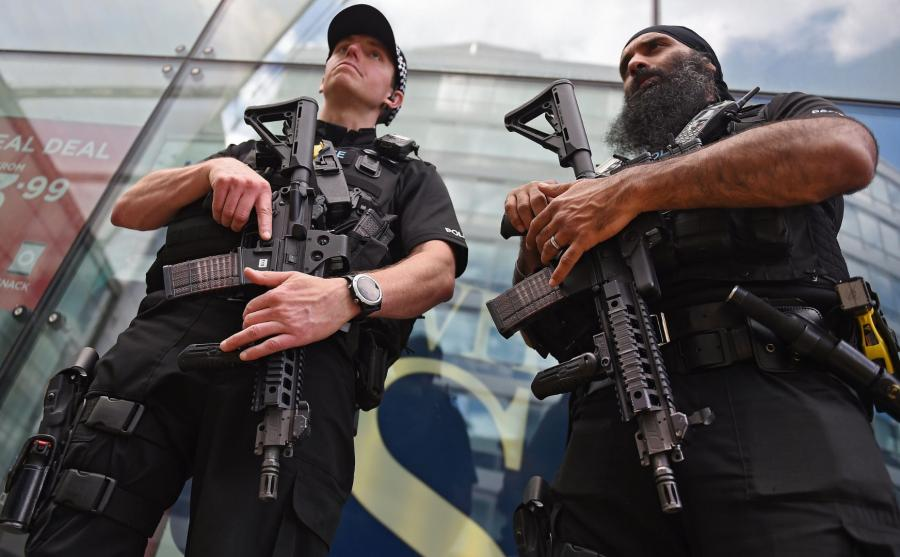 Zamach w Manchesterze. Uzbrojeni policjanci na ulicach miasta