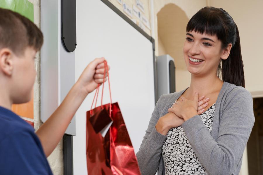Uczeń daje prezent nauczycielce