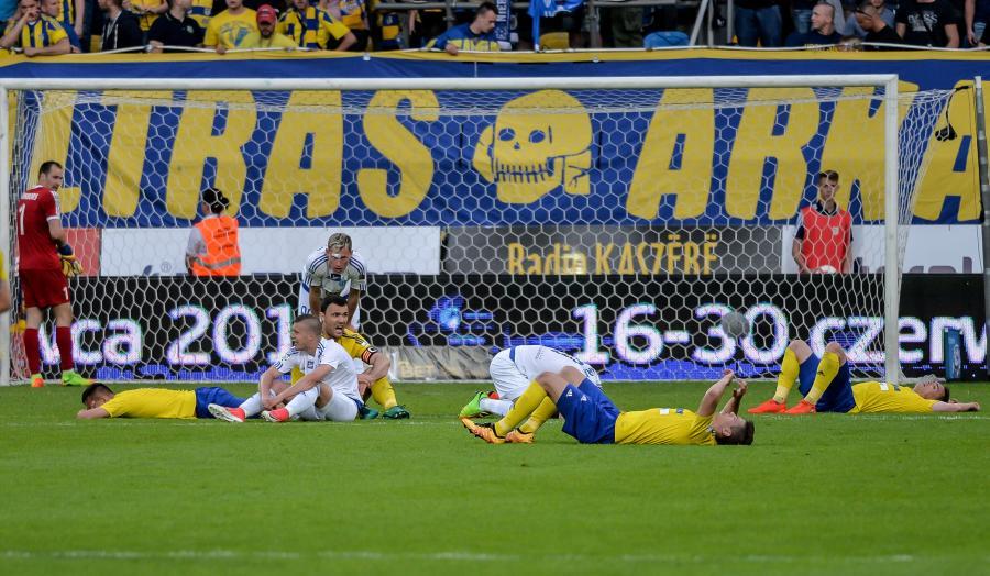 Zawodnicy Arki Gdynia i Ruchu Chorzów po skończonym meczu grupy spadkowej piłkarskiej Ekstraklasy