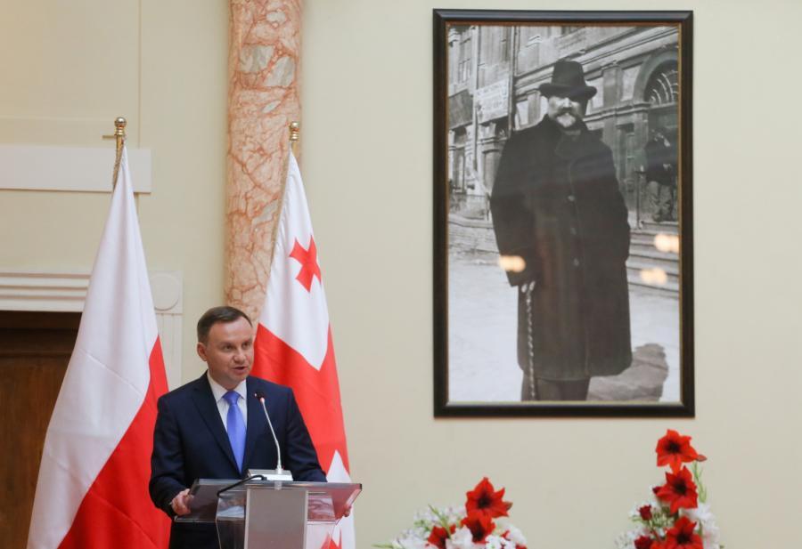 rezydent Andrzej Duda przemawia podczas spotkania z korpusem dyplomatycznym, przedstawicielami gruzińskich intelektualistów i dzialaczy społecznych w Biblitece Narodowej Parlamentu Gruzji