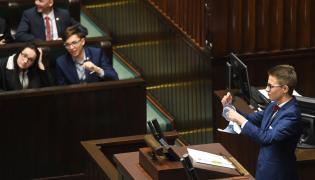 Młody poseł Michał Cywiński drze kartkę z flagą Unii Europejskiej