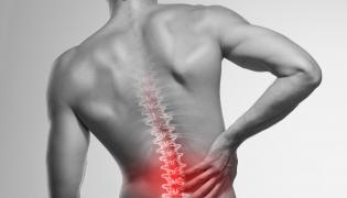 Mężczyznę boli kręgosłup
