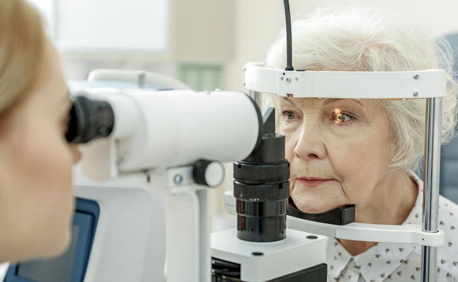 Badanie wzroku u starszej kobiety