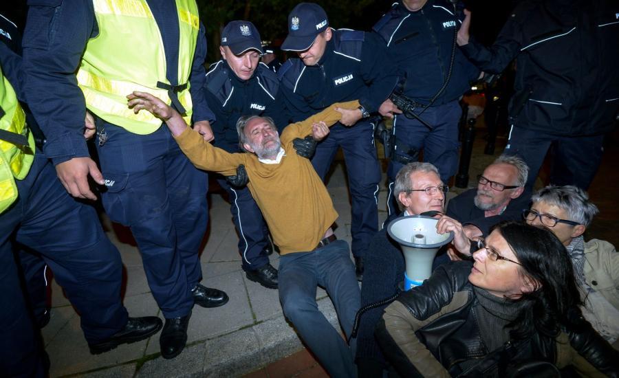 Kilkadziesiąt osób pikietowało przed Sejmem w nocy z 14 na 15 bm. Interweniowała policja. Trwający od rana protest zorganizowały ruch społeczny Obywatele RP i mazowiecki Komitet Obrony Demokracji.