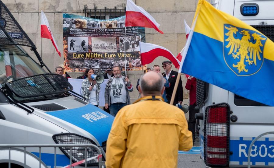 . Przedstawiciele stowarzyszenia Niezłomni (w głębi) kontrmanifestują na trasie Marszu Autonomii