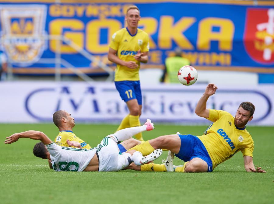 Piłkarze Arki Gdynia: Grzegorz Piesio (P), Marcus Vinicius (L) i Adam Marciniak (C-tył) oraz Dragojlub Srnic (C) ze Śląska Wrocław