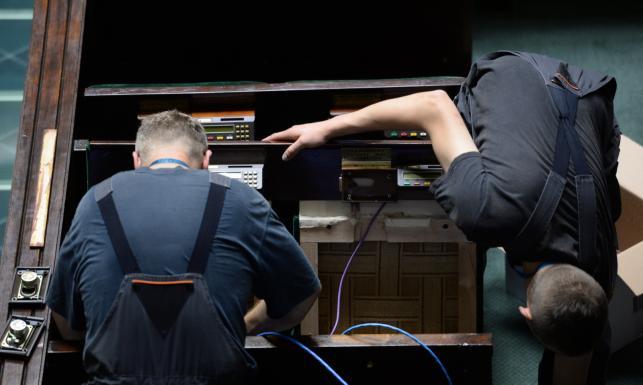 Zdemontowane przyciski, kable na wierzchu… W Sejmie trwa (de)montaż systemu do głosowania