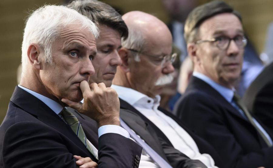 Matthias Mueller, szef koncernu Volkswagen AG, Harald Krueger, prezes BMW i Dieter Zetsche, szef Daimler AG