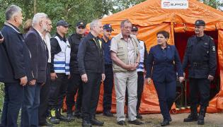 Premier Beata Szydło, komendant główny Straży Pożarnej Leszek Suski, minister środowiska Jan Szyszko i wojewoda pomorski Dariusz Drelich