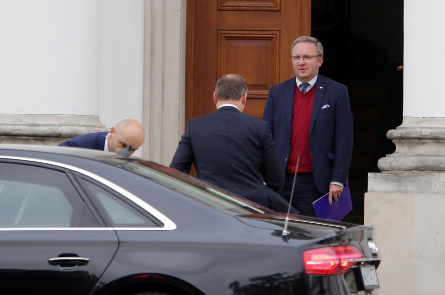 Prezydent Andrzej Duda przyjechał do Belwederu, 8 bm. na spotkanie z prezesem Prawa i Sprawiedliwości Jarosławem Kaczyńskim. Prezydenta wita szef Gabinetu Prezydenta RP Krzysztof Szczerski