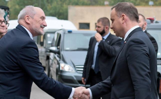 Prezydent Andrzej Duda i minister obrony Antoni Macierewicz na poligonie w Drawsku Pomorskim