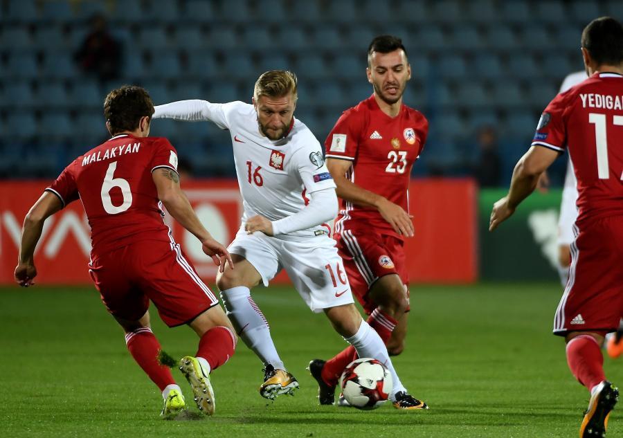 Polak Jakub Błaszczykowski (C) oraz Gor Malakjan (L) i Sargis Adamjan (P) z Armenii