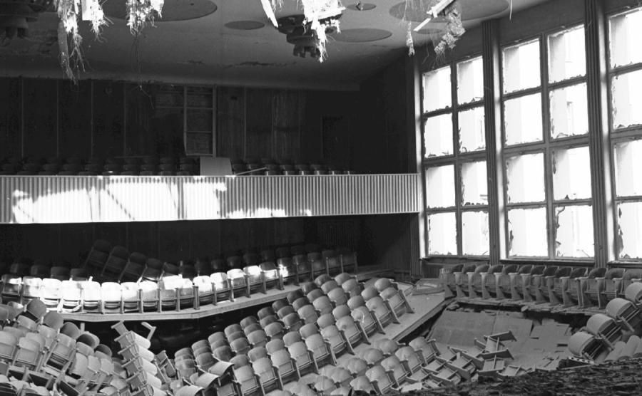 Widok auli Wyższej Szkoły Pedagogicznej w Opolu po wybuchu