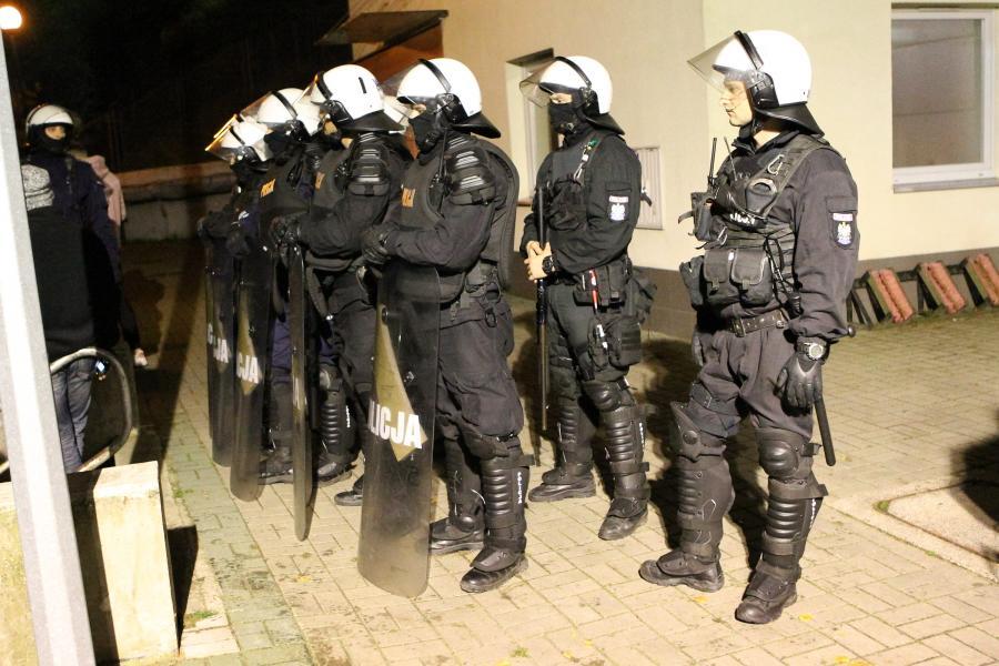 Policja przed budynkiem klubowym Pogoni Szczecin