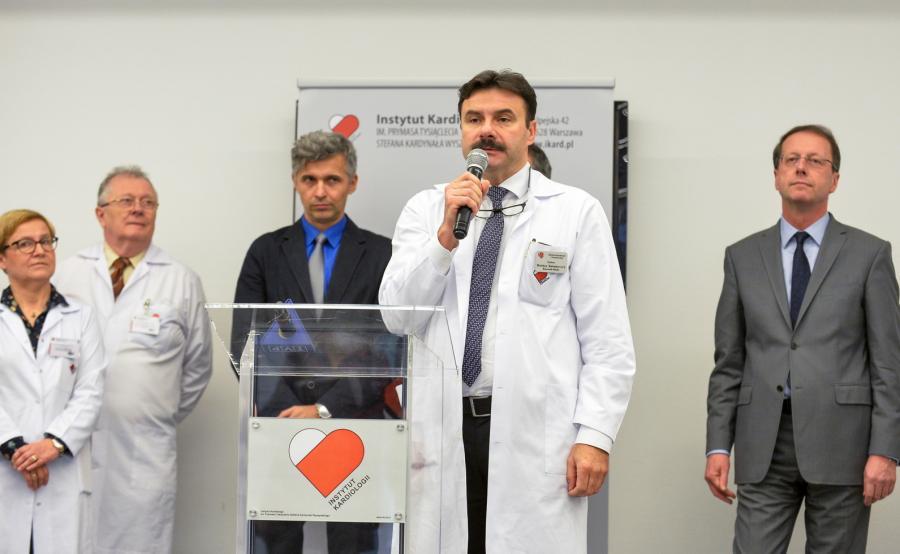 Kierownik Kliniki Kardiochirurgii i Transplantologii IK Mariusz Kuśmierczyk (2P) podczas briefingu prasowego zorganizowanego w związku z przeszczepieniem serca z nerką u jednego pacjenta