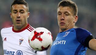 Piłkarz Górnika Zabrze Igor Angulo (L) i Rafał Janicki (P) z Lecha Poznań