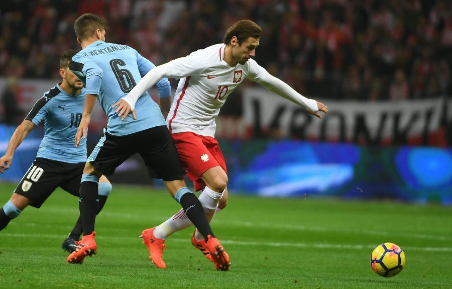Zawodnik piłkarskiej reprezentacji Polski Grzegorz Krychowiak (P) i Rodrigo Bentancur (L) z Urugwaju
