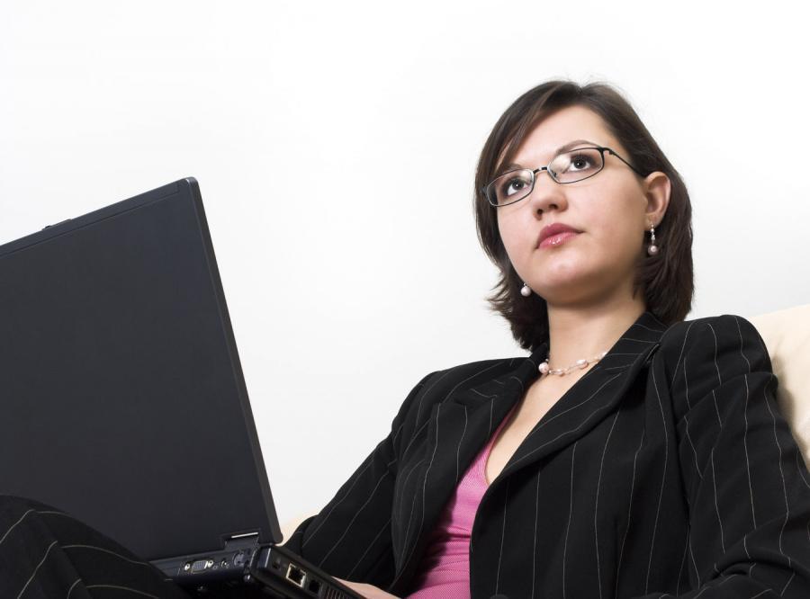 Ciemnowłose kobiety zarabiają więcej