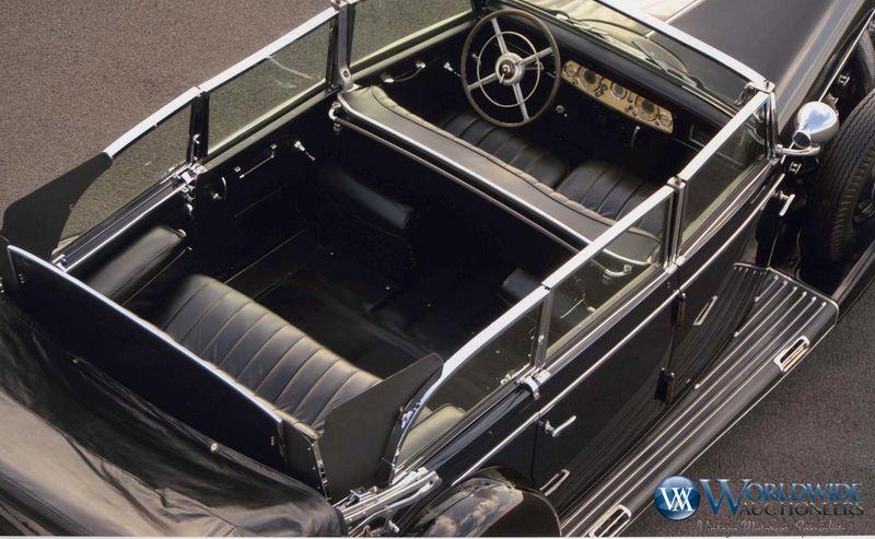 Na pokładzie z przodu przewiedziano dwa miejsca, a za plecami kierowcy i ochroniarza są dwa składane foteliki i kanapa