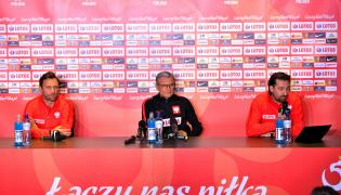 Trener piłkarskiej reprezentacji Polski Adam Nawałka (C), rzecznik prasowy Polskiego Związku Piłki Nożnej Jakub Kwiatkowski ( L) i dyrektor reprezentacji Tomasz Iwan (P)