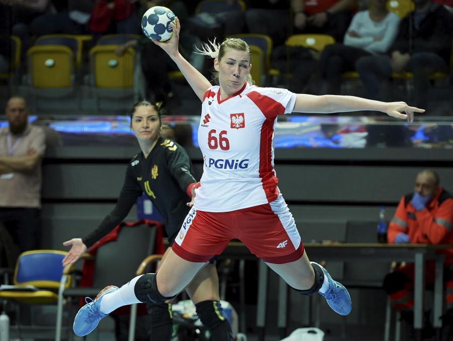 Joanna Szarawaga podczas meczu eliminacyjnego mistrzostw Europy piłkarek ręcznych z Czarnogórą