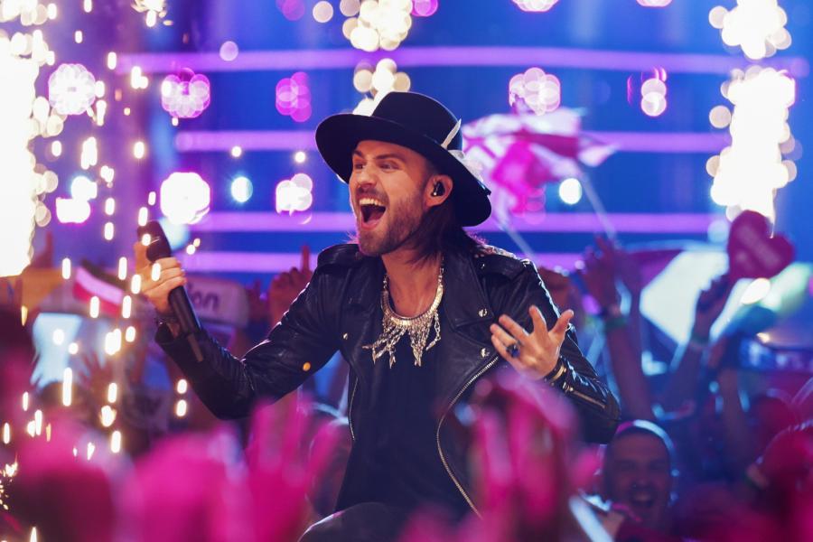 Lukas Meijer na scenie poczas 63. konkursu Eurowizji