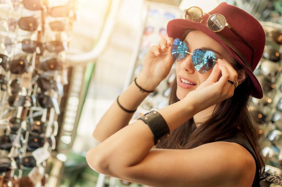 Kobieta wybiera okulary przeciwsłoneczne