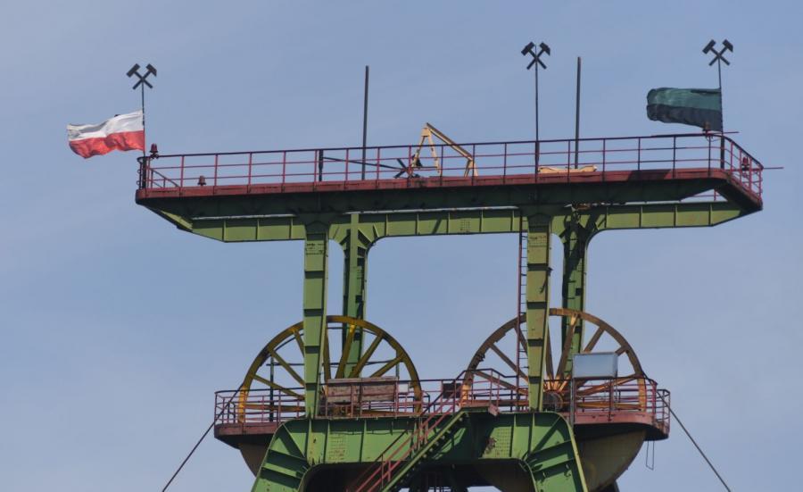Opuszczone do połowy masztu flagi w kopalni Borynia-Zofiówka-Jastrzębie w Jastrzębiu-Zdroju