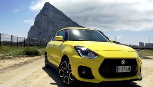 Suzuki Swift Sport na tle Gibraltaru