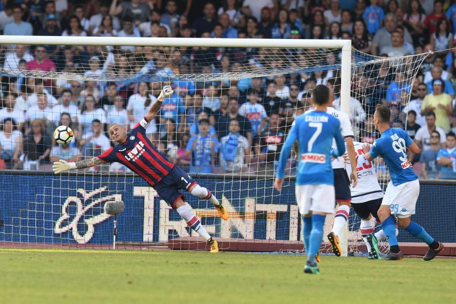 Arkadiusz Milik strzela gola w meczu z Crotone