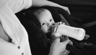 Karmienie dziecka w samochodzie