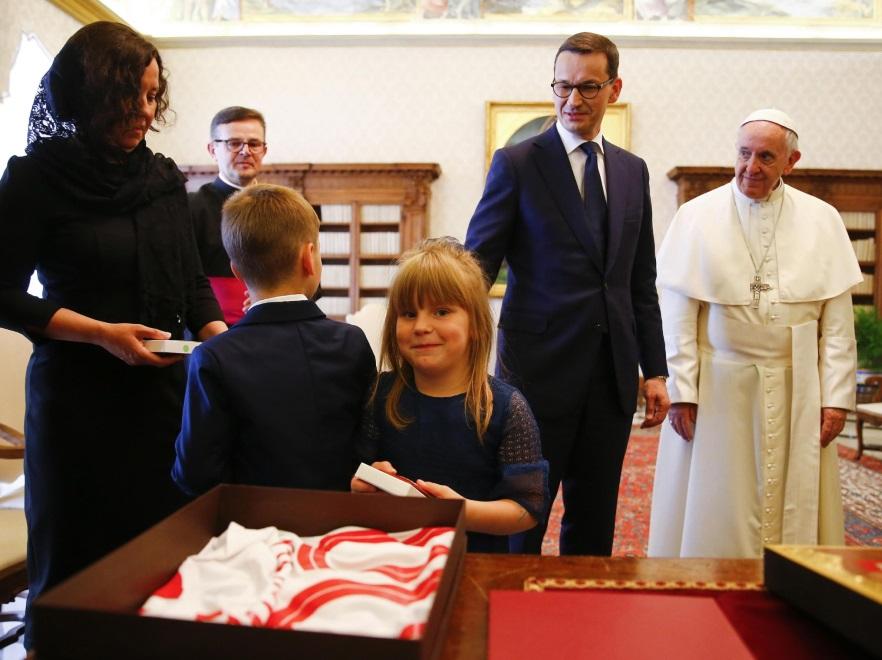 Mateusz i Iwona Morawieccy z dziećmi oraz papież Franciszek