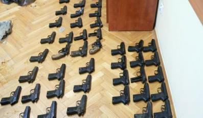 Policjanci latami wynosili broń z magazynów