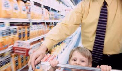 04 Jun 2001 --- Grocery shopping with dad --- Image by © Chuck Savage/CORBIS