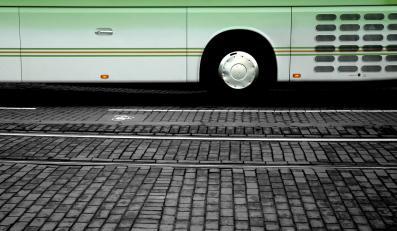 Chiński autokar z turystami runął w przepaść