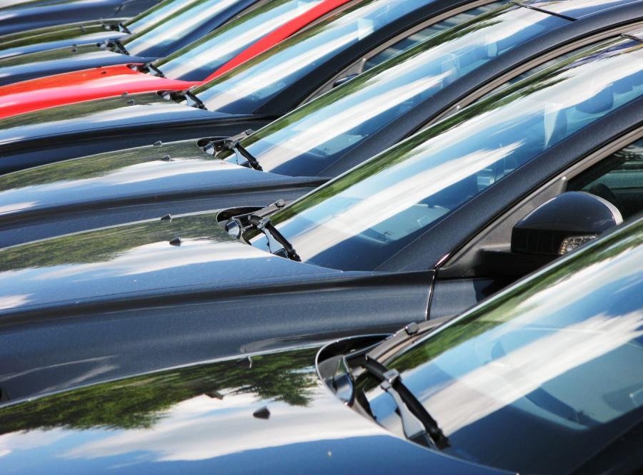 Samochody na parkingu fabrycznym