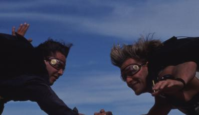 """""""Na fali"""" z Patrickiem Swayze i Keanu Reevesem"""